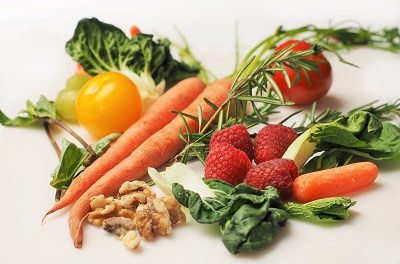 Food containing antioxidants include walnuts, carrots, raspberries, bok choy, grapes, tomatotes and more.
